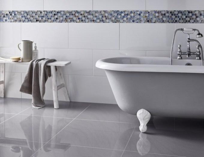 Lantai keramik kamar mandi berwarna abu-abu