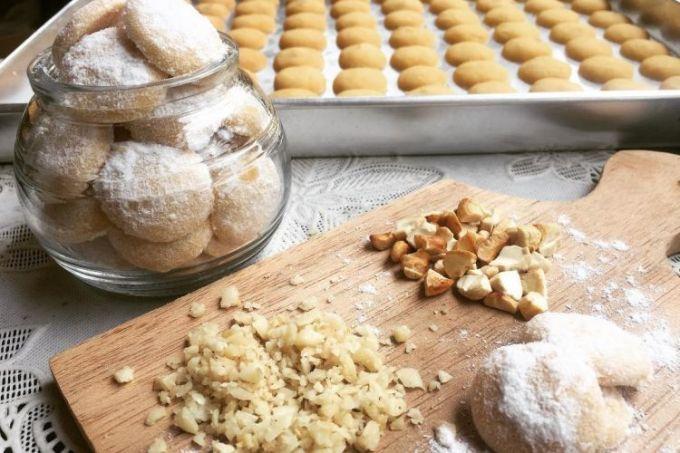 Resep kue putri salju kacang mete dan almond gurih