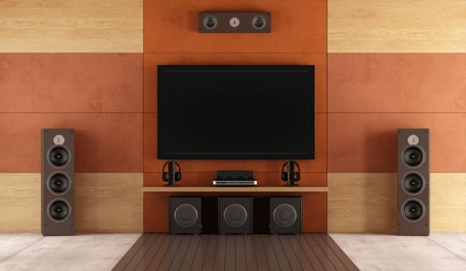 Televisi dan speaker untuk ruang keluarga