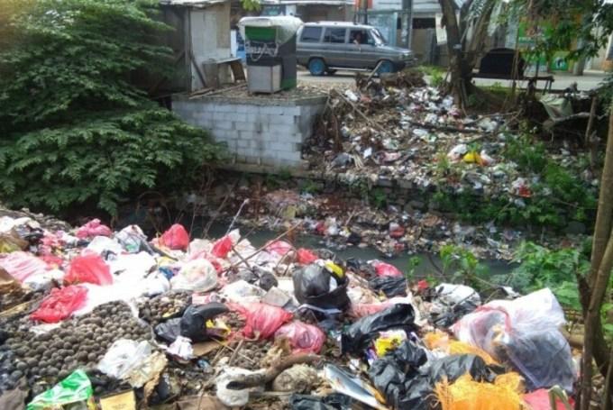 Tumpukan sampah di sungai
