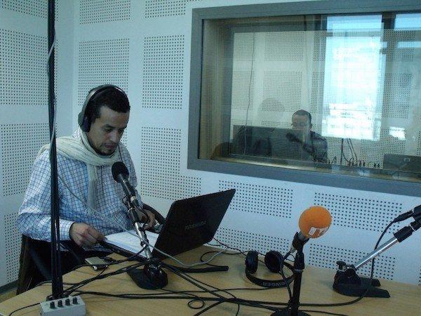 Un journaliste de Radio Kalima, dans le studio d'enregistrement de la station