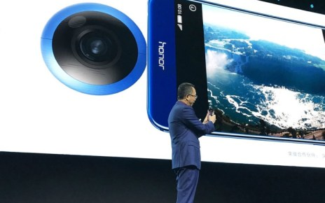 Ming Zhao President of Huawei Honor Business Unit holding Honor VR Camera 1024x820 resize Insta360、華為攜手打造聯名款手機用360度環景攝影機