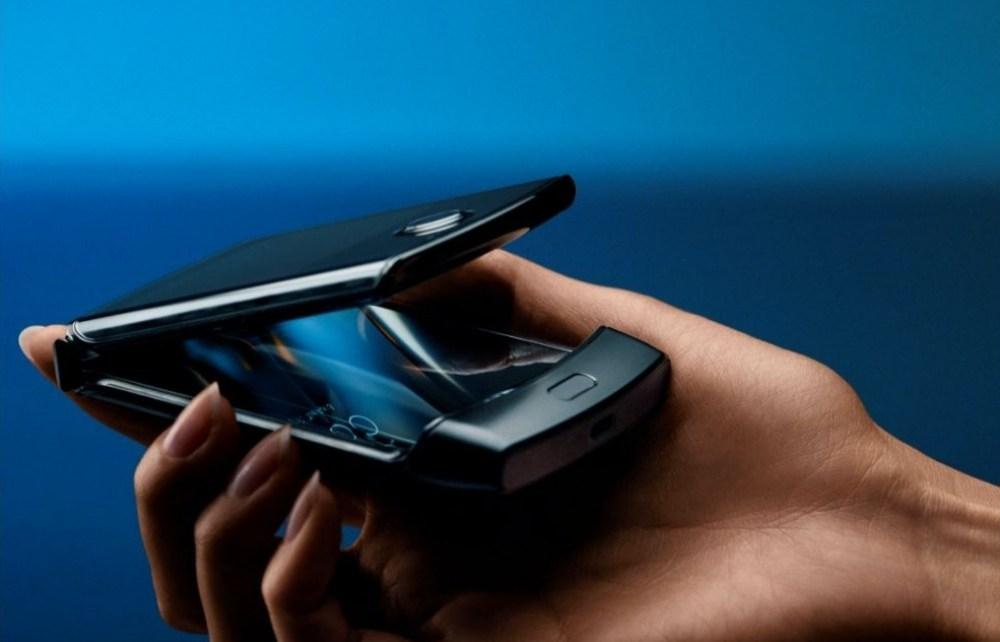 razr pdp fullbleedhalf phoneintro d Motorola全新RAZR螢幕可凹折手機希望喚醒懷舊使用回憶