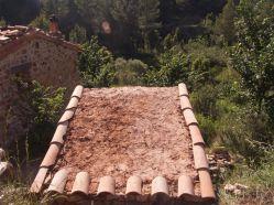techo con planché de tierra y cortezas con cal