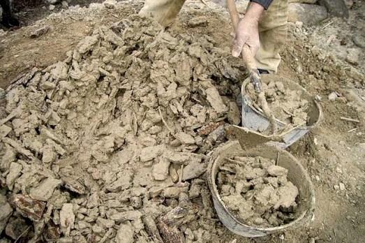 Pasta de tierra arcillosa con cortezas y cal