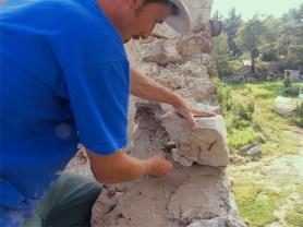 Poniendo piedra y cuñando