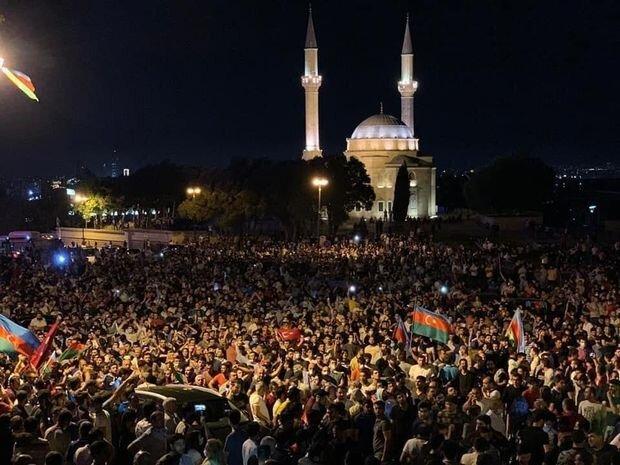 Demonstration in Aserbaidschan. Die Protestler verlangen den Stopp armenischer Angriffe