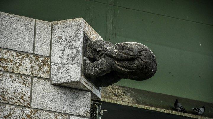 Cтатуя Бонна, показывающая пятую точку — Brückenmännchen