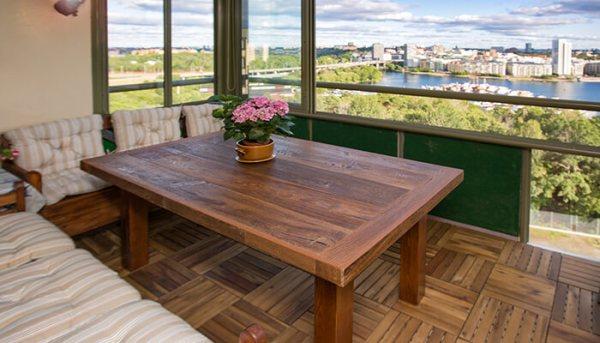 Matbord i mörkbrun fransk ek på balkong med utsikt