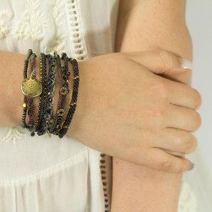 Wakami armband Earth Bracelet Night WA0389-20 på modell
