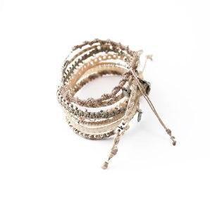 Fairtrade-armband från Wakami i beige, gräddvitt och ljusgrått, men silverpläterade detaljer