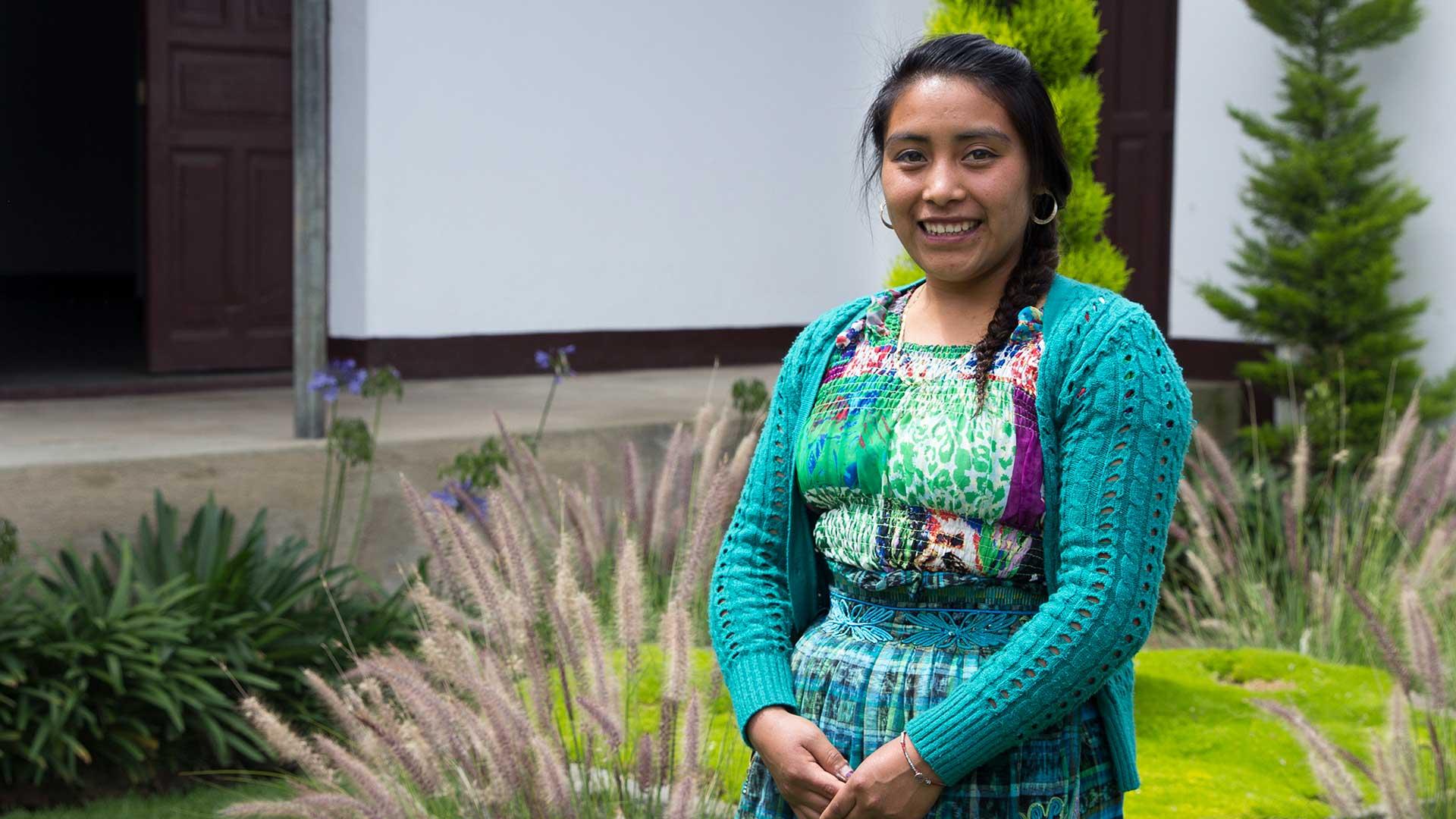 Francisca som tillverkar Wakami-smycken i Guatemala