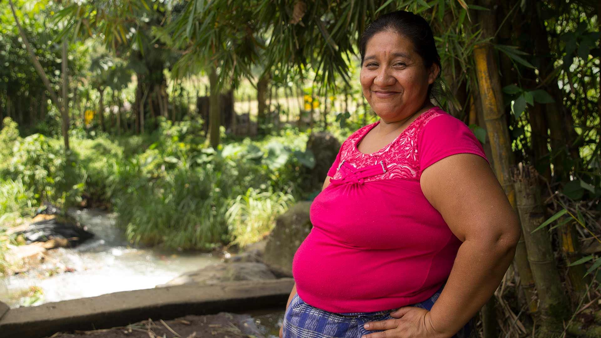 Petrona som tillverkar smycken åt Wakami i Guatemala