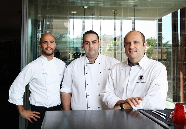 (Por orden) Ángel Palacios con Jonathan Santana y Víctor Castaño, su equipo de concina