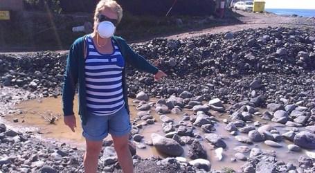 Cerca de un centenar de personas se manifiestan en Tasarte contra los vertidos de aguas fecales