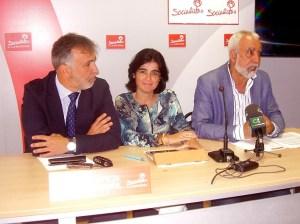 Carolina Darias, flanqueada por Ángel Víctor Torres (izquierda) y José Antonio Godoy