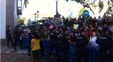 El pregón de Soria en Telde se salda con detenidos, barricadas y quema de contenedores