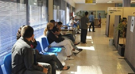 El sector de los servicios lidera el descenso del paro en Canarias