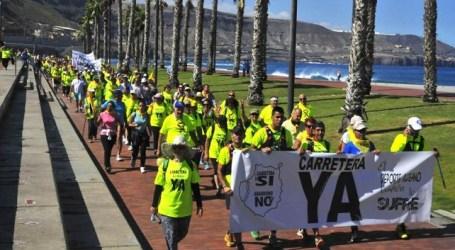 Miles de personas exigen con una marcha la carretera de La Aldea