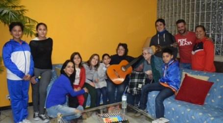 Un grupo de niños y jóvenes de Castillo del Romeral alegran el fin de año a 19 familias