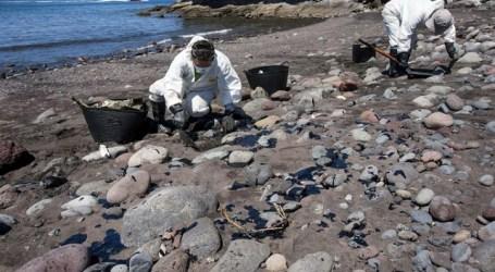 Los ecologistas exigen responsabilidades por el fuel que sigue dañando las playas
