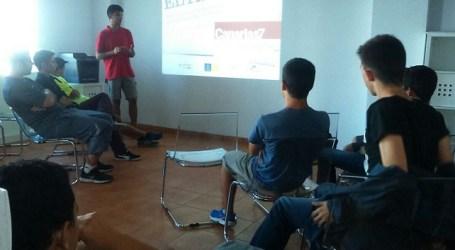 Dos jóvenes imparten una charla en Maspalomas sobre el mal uso de las Tic's