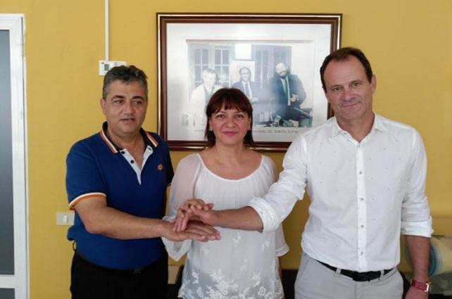 Dunia González, flanqueada por Juan Díaz (i) y Óscar Hernández (d)