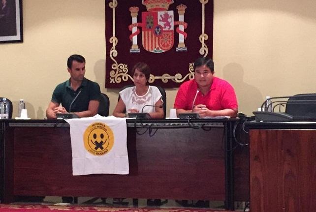 La alcaldesa flanqueada por Navarro y Becerra, con la camiseta que esgrimieron contra el anterior alcalde