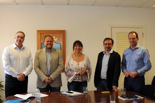 Dunia González, flanqueada por Raúl García y Óscar Hernández (dcha) y Eduardo Ramírez y Rafael Caballero (izq)