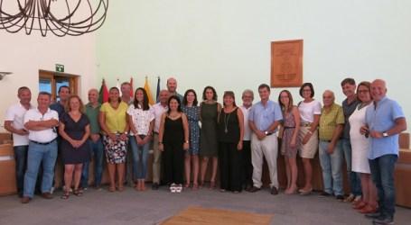 El pleno de Santa Lucía despide con aplausos a la concejala Rita Navarro