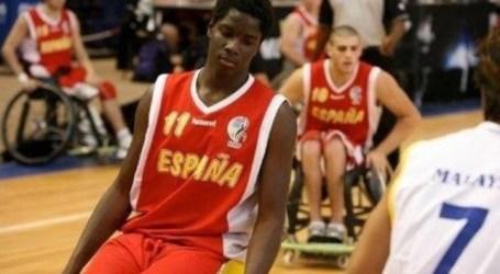 Pantalla gigante en Vecindario para animar a Amadu Tijane en la final de Baloncesto