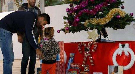 Los niños de Mogán entregan a Aythami Artiles y Willy García juguetes solidarios