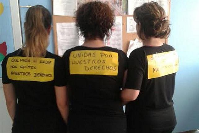 Cerca de 200 empleadas municipales secundan el paro en Santa Lucía por el 8 de marzo. Al mismo tiempo que el Ayuntamiento entregaban pulseritas, las trabajadoras de las escuelas infantiles reivindicaban su salario