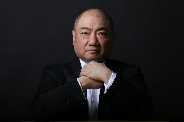 OFGC, Xu Zhong. El director y pianista Xu Zhong trae la música de China a la temporada de la OFGC. Estreno en Canarias de Reflejo de la luna en Er-quan, obra de Liu Tianhua que fusiona la tradición oriental y la occidental