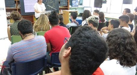 La alcaldesa Dunia González participa en una lectura colectiva en el IES José Zerpa