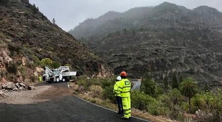 Abierta la carretera de Las Niñas tras retirar las piedras y reparar daños del derrumbe de este domingo