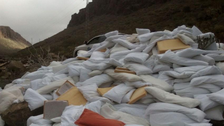 Vertido de almohadas al barranco de Fataga