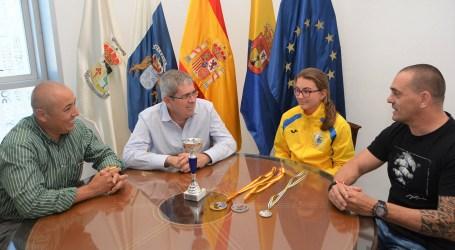 La campeona de España de Jiu Jitsu, visita las oficinas municipales de Maspalomas