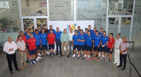 El equipo de la UD San Fernando recibe la felicitación municipal por la trayectoria de sus últimas temporadas