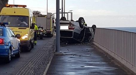 Un accidente evidencia la falta de seguridad del recién inaugurado paseo de Patalavaca