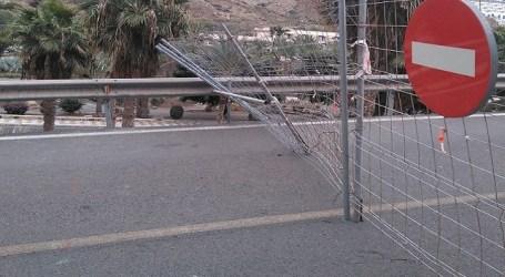 El Cabildo construye un muro en el tramo cerrado de Taurito a Mogán para evitar el paso de ciclistas y peatones