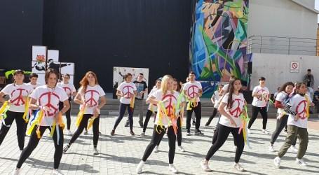Santa Lucía celebra el Día de la Paz con actuaciones en las que condenan las injusticias y las guerras