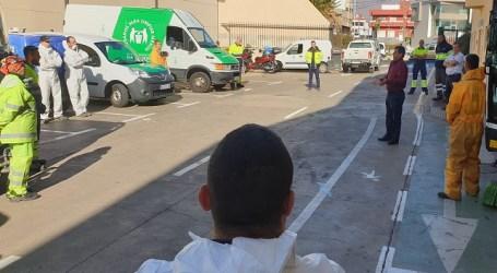El alcalde de Santa Lucía felicita al personal de limpieza y desinfección de las calles y mobiliario urbano