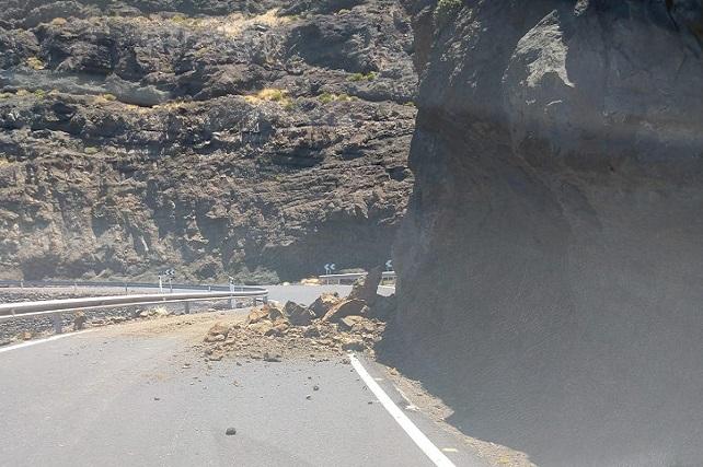 Nuevo desprendimiento en Faneque que evidencia la urgencia de las obras Agaete-El Risco en ejecución El material derrumbado fue importante ya que ocupaba buena parte de la carretera, según informaron a Foro Roque Aldeano usuarios de la vía que transitaban por la zona