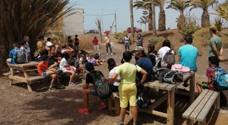 Niños y niñas de un campus de verano reforestan el barranquillo de Pozo Izquierdo