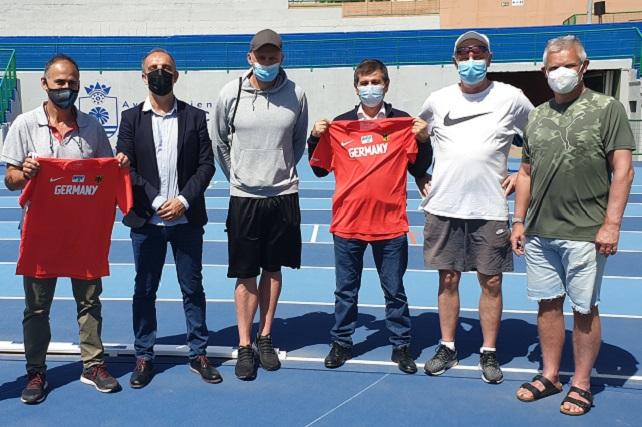 """La selección alemana entrena para los JJ.OO. de Tokio en el Estadio de Atletismo de Vecindario  Su máximo responsable Jorg Mockel destaca que """"hemos estado en muchos en varios países y este es uno de los mejores que hemos visto"""""""