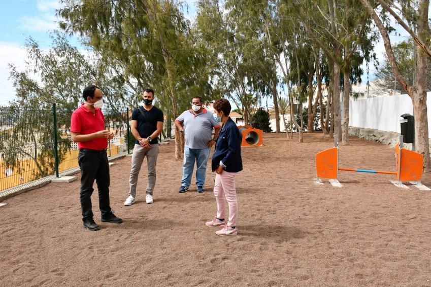 Alcaldesa y ediles en su visita al nuevo parque canino de Arguineguín