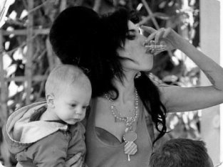 amy-winehouse-baby-drinking1