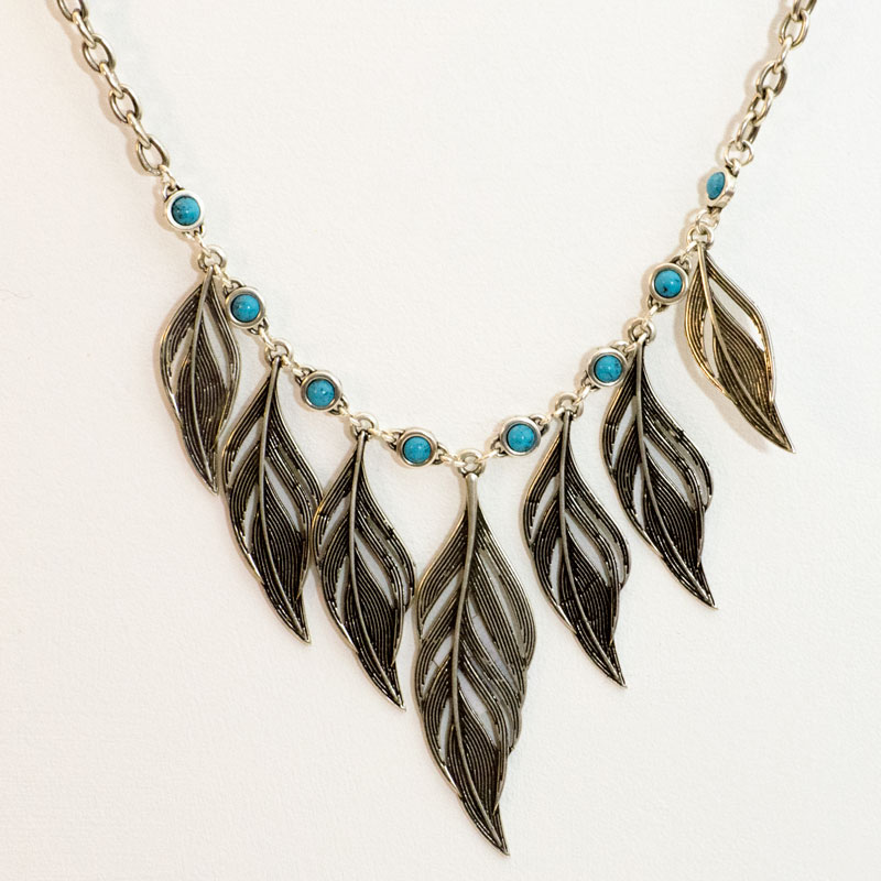 """Colgante """"Ícaro"""" con cadena y apliques en forma de pluma bañados en plata,."""
