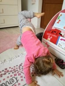 yoga-enfants-étirement-jambes-dos